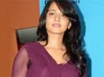 Anushka Denies Press Photographers Aid