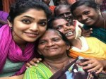 Malayalam Actresses Entertain People Flood Relief Camp