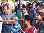 வாக்குசாவடியில் குட்டி ரசிகையை பெற்றோரிடம் பத்திரமாக ஒப்படைத்த விஜய்: வீடியோ இதோ