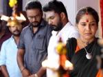 Ayudha ezhuthu serial: காளி  அம்மாவா? கலெக்டர் அம்மாவா?