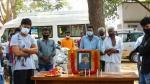 'ஆர்ட்டிகிள்15' படப்பிடிப்பு தளத்தில் விவேக்கின் திருவுருவபடத்திற்கு அஞ்சலி!