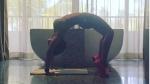 இப்படியும் ஆக்ஸிஜன் அளவை ஏற்றலாம்.. பிகினியில் உடம்பை வில்லாய் வளைக்கும் 49 வயது நடிகை!