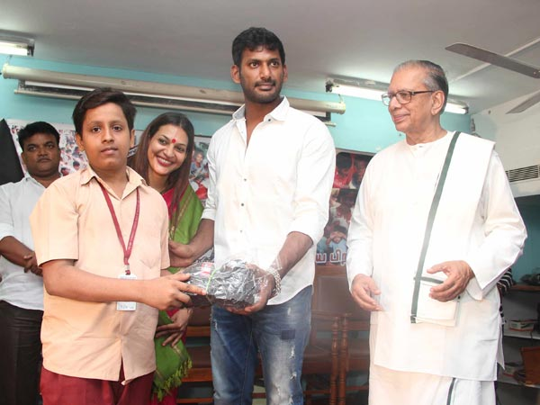 Vishal celebrates his b'day with Sri Lankan Tamil refugees