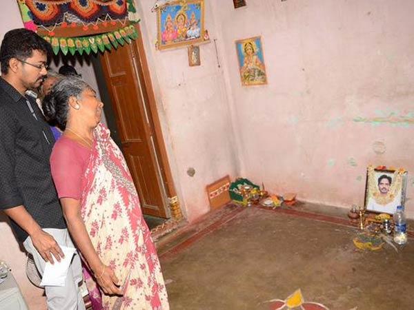 விபத்தில் இறந்த ரசிகரின் வீட்டிற்கு