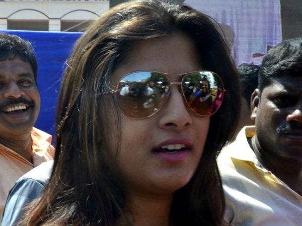 'அந்த' பரபரப்பு அடங்கும் முன்பு வரலட்சுமி சரத்குமாருக்கு நடந்த கொடுமையை பாருங்க