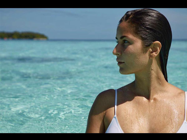 OMG! Lead Actress spotted in White Bikini at Beach - PHOTO PROOF Inside
