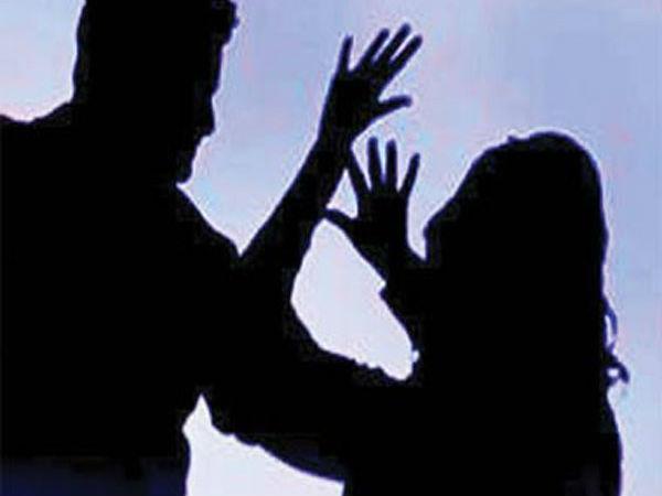 ஓடும் காரில் பலாத்கார முயற்சி: இயக்குனர், ஹீரோ மீது நடிகை போலீசில் புகார்