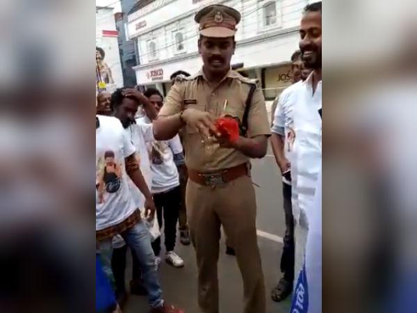 வெறித்தன 'மெர்சல்' ஃபீவர் -ரசிகர்கள் மத்தியில் மேஜிக் செய்த கேரள போலீஸ்காரர்!