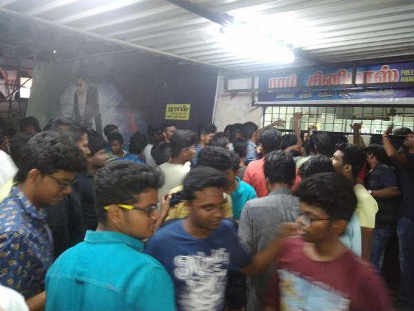 20 நிமிடங்களில் விற்றுத்தீர்ந்த 'மெர்சல்' டிக்கெட் - பிரபல தியேட்டர் நிர்வாகம் ட்வீட்