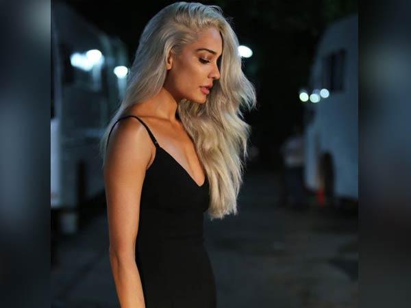 நடிகை லிசா ஹேடன் லேட்டஸ்ட் புகைப்படத்தை பார்த்து நெட்டிசன்ஸ் அதிர்ச்சி! 13-1513139035-lisa-colours-her-hair-netizens-call-her-ghost22