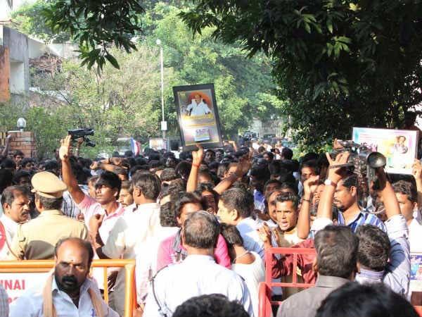 6,700 கப்கேக் வாழ்த்து: இப்படிப்பட்ட ரசிகர்கள் இருக்கும்வரை ரஜினியை யாராலும் அடிச்சுக்க முடியாது