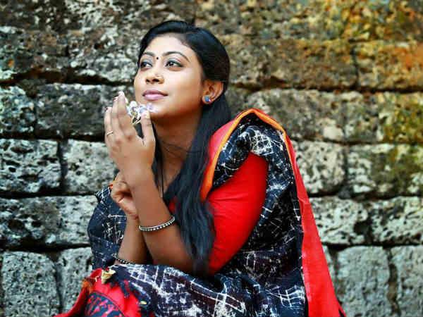 நைசா என் படுக்கையில் வந்து படுத்தார்: பிரபல நடிகர் மீது நடிகை புகார்