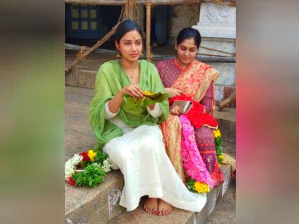 மீனாட்சி அம்மன் கோவிலுக்குள் போட்டோ: சர்ச்சையில் சிக்கிய நிவேதா பெத்துராஜ்