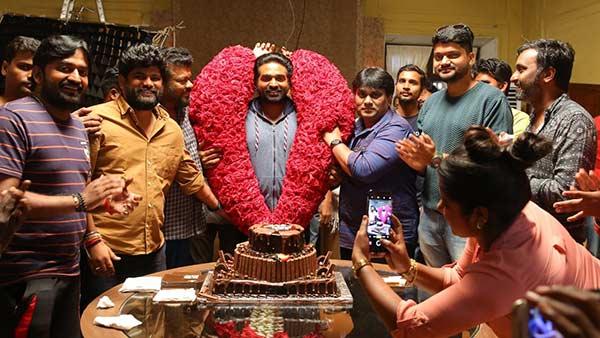 இன்று பர்த் டே... பிரமாண்ட கேக் வெட்டி 'துக்ளக் தர்பாரி'ல் கொண்டாடிய விஜய் சேதுபதி