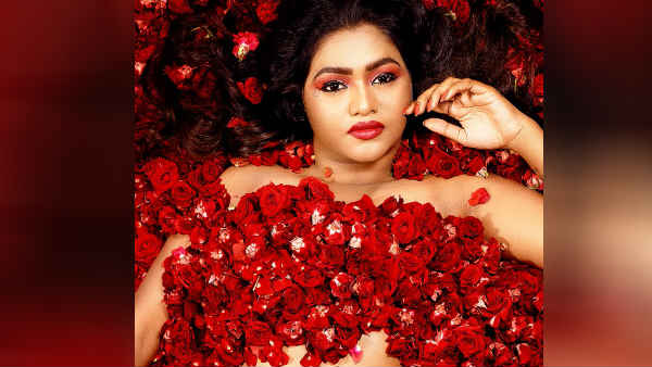 ரோஜா ரோஜா.. ஆ.. ஷாலு செல்லத்தை என்னடா பண்ணி வச்சிருக்கீங்க.. ஒரு துணியையும் காணோம்!