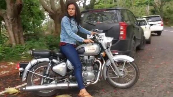 போல்டான நடிகை என்றால் பைக் ஓட்டணும்.. இதுதான் இந்திய சினிமா.. விழுந்த கதையை சொன்ன ஷ்ரத்தா ஸ்ரீநாத்!