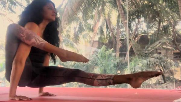 ஒரு காலை அந்தரத்தில் நீட்டி, இன்னொரு காலை கைக்குள் மாட்டி.. என்னாம்மா யோகா செய்றாரு கவிதா!