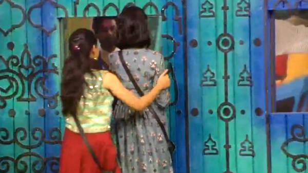 பிக் பாஸ் வீட்டில் இருந்து வெளியேற்றப்பட்ட பாடகி சுசித்ரா.. இந்தியளவில் டிரெண்டான #Suchi