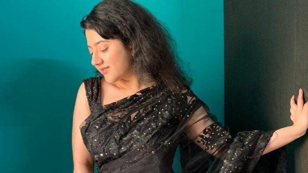 சேலையில் தொப்புள் தெரிய கும்தாவா போஸ்.. சூர்யாவின் ரீல் மகளின் அடாவடி!