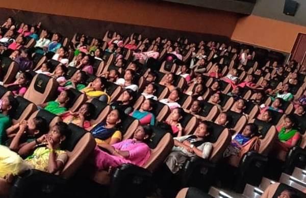ஒரே கல்லூரியை சேர்ந்த பெண்கள்.. ஹவுஸ்ஃபுல் காட்சி.. வெற்றி நடை போடும் கமலி ஃப்ரம் நடுக்காவேரி!