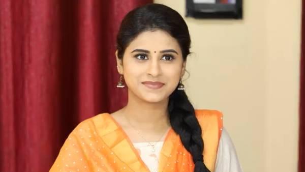 மனமுருகி பாடும் அம்ரிதா