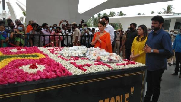 தலைவி படம் ரிலீஸ்: ஜெயலலிதா, எம்ஜிஆர், கருணாநிதி நினைவிடத்தில் கங்கனா ரனாவத் மரியாதை!