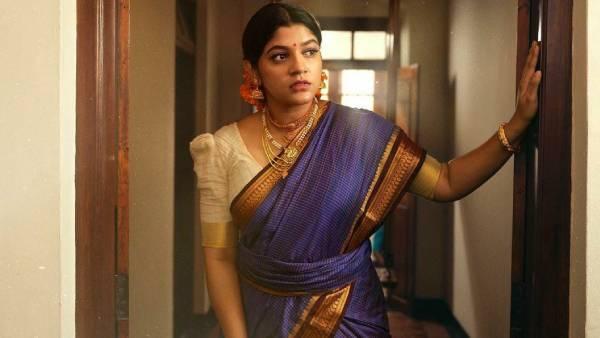 கண்டாங்கி சேலையுடன் கனகாம்பர பூ... அழகில் அசத்தும் பொம்மி!