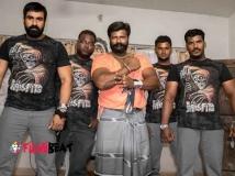 https://tamil.filmibeat.com/img/2015/05/04-1430729355-body-builders-in-kanna-binna1-600.jpg