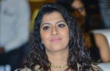 https://tamil.filmibeat.com/img/2020/12/varalaxmi-sarathkumar-153957728530-1606979093.jpg