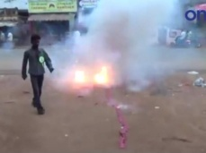 கபாலி பார்க்க சிவகங்கை வந்த ரசிகர்கள்: பட்டாசு வெடித்து கொண்டாட்டம் - வீடியோ