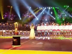 Sunny Leone Sings National Anthem Live At Pro Kabaddi League