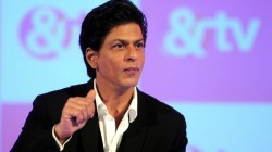 Shah Rukh Khan Helps A Boy Who Lost His Mother